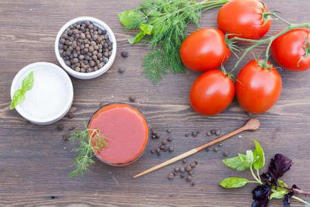 jugo de tomate: Jugo de tomate y tomates Foto de archivo