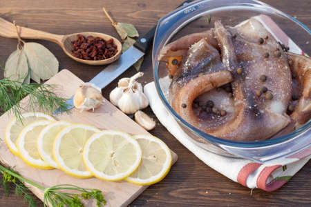 carcass: Verse pijlinktvis karkas in een glazen pot met kruiden en plakjes citroen