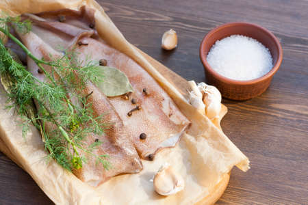 carcasse: Frais carcasse de calmars avec des �pices sur papier