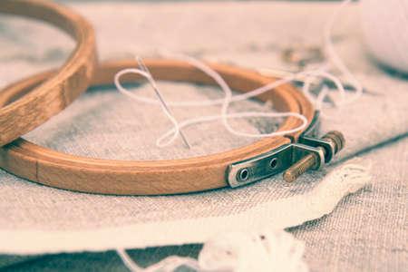 kit de costura: Establecido para el bordado, el aro de bordado y el hilo para bordar. Color y procesamiento de fotos en estilo vintage con enfoque selectivo suave. Poca profundidad de campo