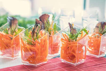 美しい内装のと様々 な食品のサラダ キャビア企業のクリスマス誕生日パーティー イベントや結婚式のお祝いケータリング バンケット テーブル