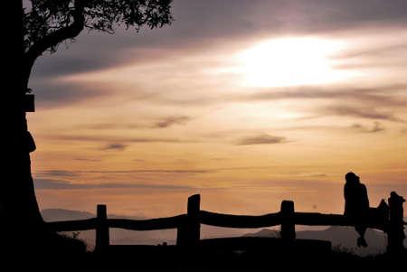 silhouet meisje op de heuvel