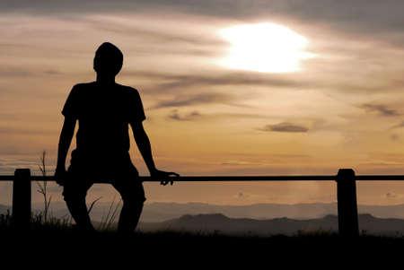 silhouet man op de heuvel