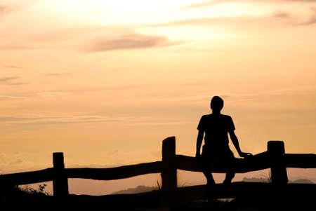 Silhouette Mann auf dem Hügel