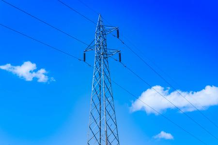 Wysokie słupy napięcia i błękitne niebo Zdjęcie Seryjne