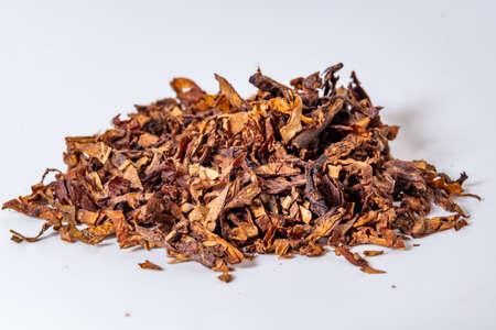 Eine Handvoll Tabak auf einer Nahaufnahme des weißen Hintergrunds