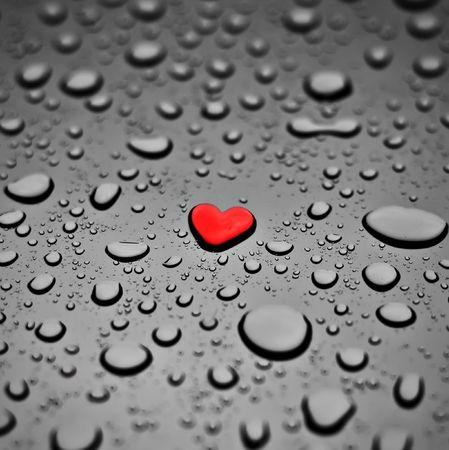 Rojo corazón como la lluvia caída sobre el fondo gris Foto de archivo - 4333278
