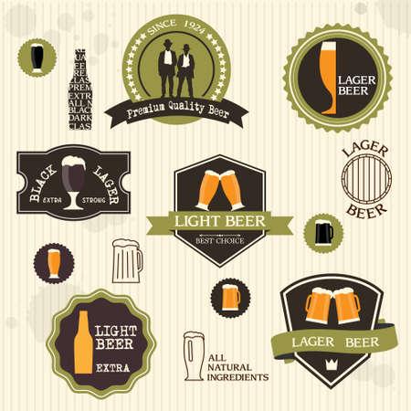 hombre tomando cerveza: Insignias y etiquetas de la cerveza en el conjunto de la vendimia de estilo de diseño