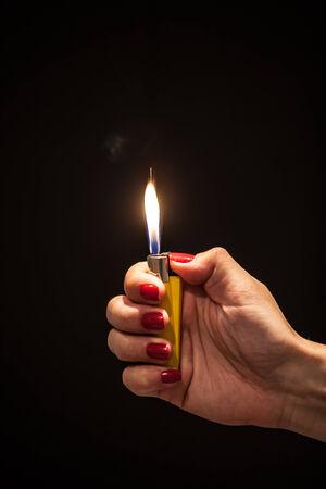 encendedores: Mano y un encendedor