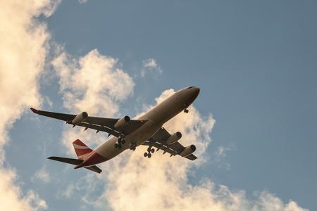 空にジェット機 報道画像