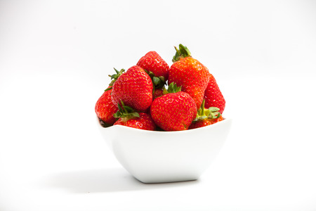 イチゴは、白い背景で隔離のボウルします。