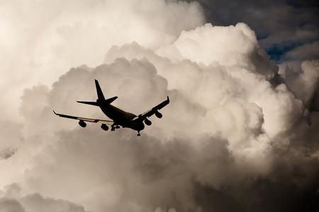 日没後の空にジェット機