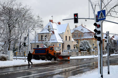 semaforo peatonal: Calle de la ciudad en invierno Gliwice, Polonia Foto de archivo