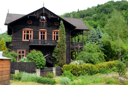 habitable: Old wooden house