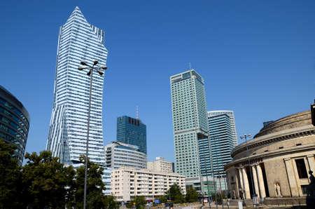 青空に対するワルシャワの超高層ビル - ポーランド