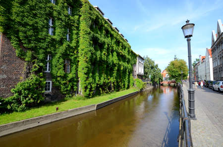 Old house with ivy over the canal (Gdansk in Poland) Banque d'images
