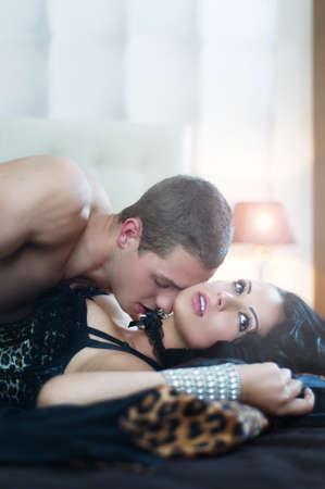 pareja durmiendo: Pareja sexy en actitud rom�ntica