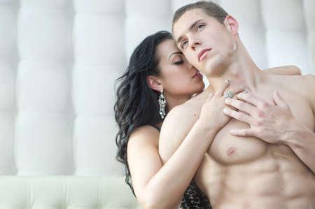 pareja en la cama: Pareja sexy en actitud romántica