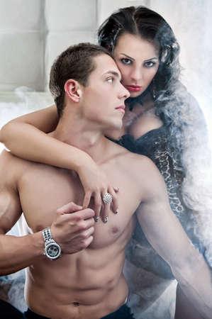 herrin: Sexy Paar in romantischer Pose