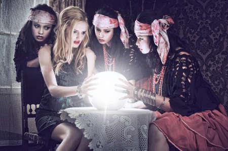 zigeunerin: Wahrsagerin mit ihrer Kristallkugel. Illusion