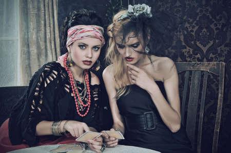pr�voyance: Gypsy Fortune-teller sorts cartes