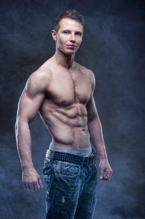 naked man: Culturista apuesto posando