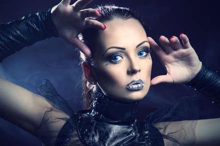 salud sexual: Sexy chica con labios brillo de plata