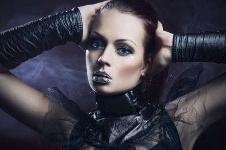 vampira sexy: Sexy chica con labios de plata