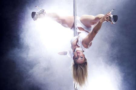 pole dance: Giovani pole dance donna brillante colori bianco