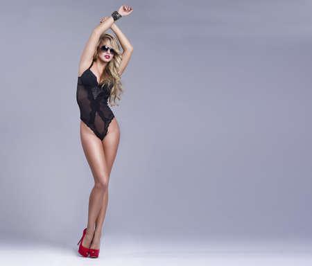 girls underwear: Mujer atractiva en ropa interior con las gafas de sol
