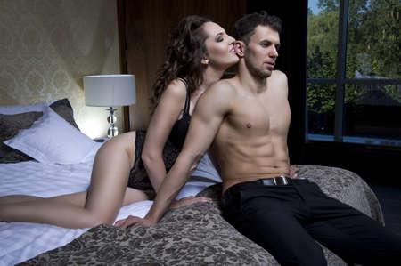 pareja apasionada: Vista superior de la joven pareja juguet�n disfrutando en la cama Foto de archivo