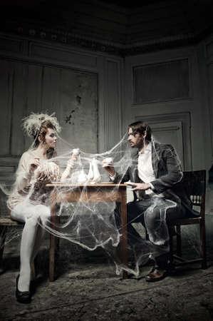 vieux: Jeune couple de boire du caf� dans un vieux ch�teau