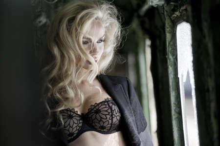 chica sexy: Belleza rubia posando en tren Foto de archivo