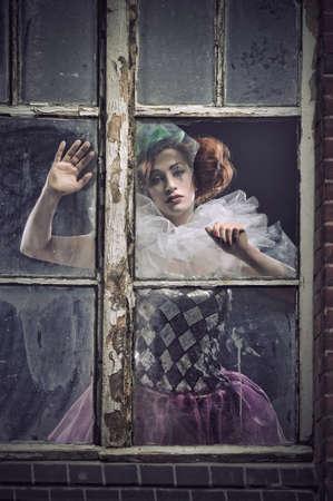 clowngesicht: Ein einsamer Pierrot Frau hinter dem Glas