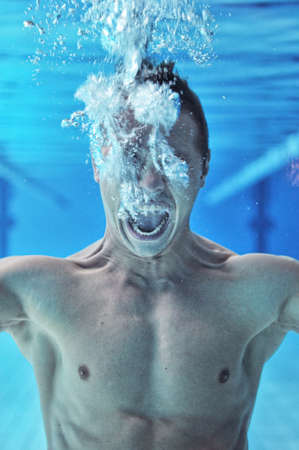 ahogandose: Drowning man buzo bajo el agua
