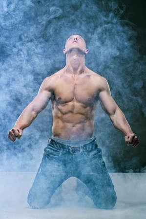 niño sin camisa: Sexy hombre joven lindo muscular