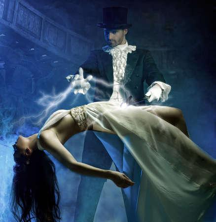 표시: 마술사는 공기에서 아름다움 여자와 마법을 수행