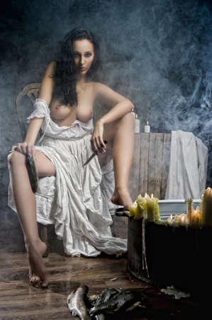 beaux seins: Jeune femme avec de beaux seins dans le bain avec les poissons