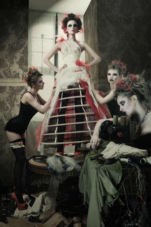 modelos desnudas: La novia en la ropa hace compras para los vestidos de boda, ella es la elecci�n de un vestido y el dise�ador est�n ayudando a su