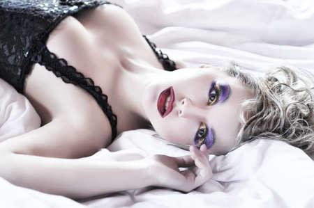 junge nackte mädchen: Portrait sexuelle Frau, beugte sich im Bett