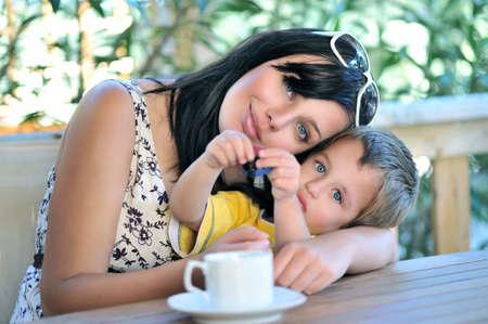 mujer hijos: Madre que abraza al hijo