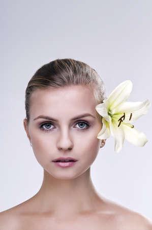 Porträt von Spa-Frau mit Blume Standard-Bild