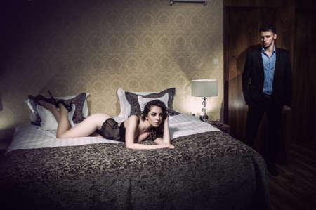 enamorados en la cama: Pareja joven hermosa en el dormitorio