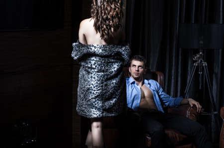 enamorados en la cama: Pares atractivos en el dormitorio