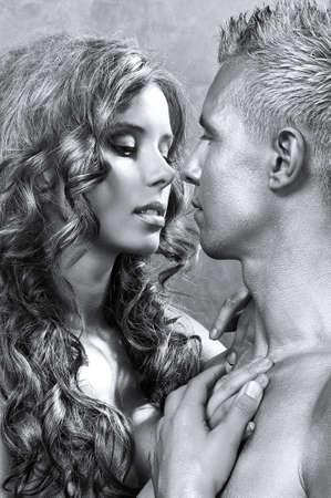 couple enlac�: Sexy couple embrassant Banque d'images