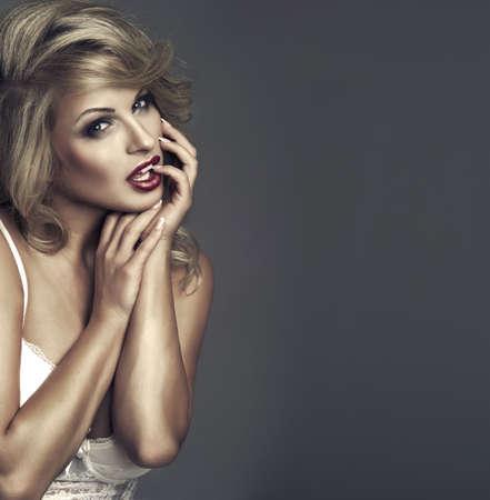labios sexy: moda retrato de mujer hermosa delicado Foto de archivo