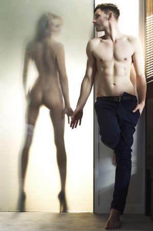 erotico: Hermosa mujer desnuda y un hombre guapo