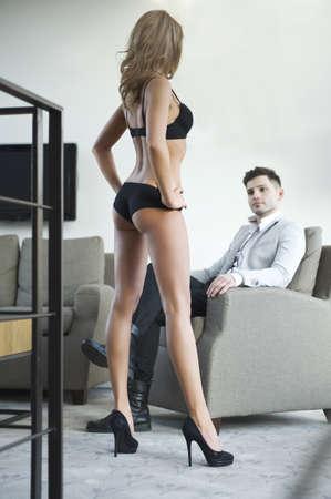 ropa interior femenina: Sexy joven pareja en la habitaci�n Foto de archivo