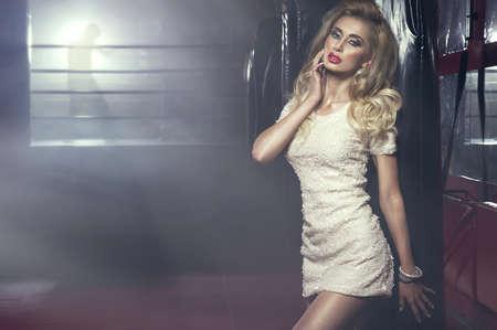 Sexy mujer rubia posando en la sala de boxeo photo