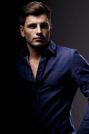 Elegant Studio joven apuesto hombre de moda retrato